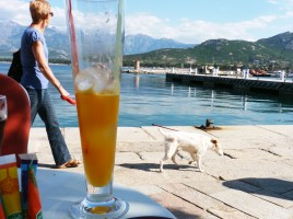 Boire un verre en terrasse. Ici Calvi. Photo : AL
